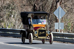 Rocznika Buick jeżdżenie na wiejskiej drodze Fotografia Stock