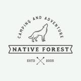 Rocznika camping plenerowy i przygoda logo, odznaka, etykietki ilustracji