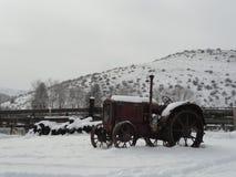 Rocznika ciągnik w zimie blisko McCall, Idaho fotografia stock