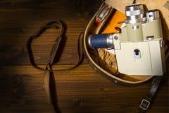 Rocznika 8 cine Super kamera od 1960 Minolta zoomu 8 z jego oryginalną skrzynką na drewnianym tle obrazy royalty free