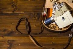 Rocznika 8 cine Super kamera od 1960 Minolta zoomu 8 z jego oryginalną skrzynką na drewnianym tle fotografia royalty free