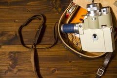 Rocznika 8 cine Super kamera od 1960 Minolta zoomu 8 z jego oryginalną skrzynką na drewnianym tle zdjęcia royalty free