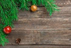 Rocznika Cristmas dekoracja z jodły gałąź nad starym drewnianym tłem Mieszkanie nieatutowy, tekst przestrzeń fotografia stock