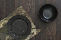 Rocznika crockery rzuca kulą na nieociosanego rocznika drewnianym tle Fotografia Stock