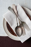 Rocznika cutlery, różni talerze i brown tablecloth, Fotografia Royalty Free