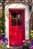 Czerwony drzwi na jar drodze obraz stock