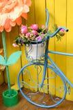 Rocznika dekoracyjnego metalu błękitny rowerowy stojak z różowymi peoniami Zdjęcie Stock