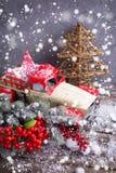 Rocznika dekoracyjny samochód, jagody i gałąź futerkowy drzewo na starzejący się, Fotografia Royalty Free
