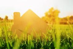 rocznika dom w trawie, ogródzie lub parku przy zmierzchu światłem, Obraz Stock