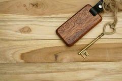 Rocznika domu klucz z drewnianym domowym keyring na drewno deski tle, majątkowy pojęcie, kopii przestrzeń obraz stock