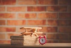 Rocznika drewnianego samolotu zabawkarskie i stare książki obrazy stock