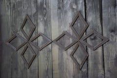 Rocznika drewniany drzwi z kruszcowym chrześcijanina krzyżem w kościół chrześcijańskim fotografia stock