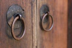 Rocznika drewniany drzwi, zamyka w górę pojęcie fotografii Ochrona, metal fotografia royalty free