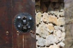 Rocznika drewniany drzwi, zamyka w górę pojęcie fotografii Ochrona, metal zdjęcia royalty free
