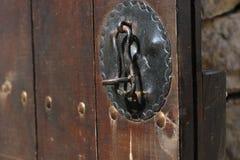 Rocznika drewniany drzwi, zamyka w górę pojęcie fotografii Ochrona, metal obrazy royalty free