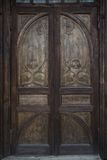 Rocznika drewniany dwoisty drzwi z cyzelowaniem Fotografia Royalty Free