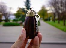 Rocznika drewniany keychain w ręce Obrazy Royalty Free
