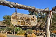 rocznika drewniany signboard z teksta powitaniem Jos wieszać na gałąź Obrazy Stock