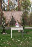 Rocznika drewniany stół z ślubem cake-3 fotografia royalty free