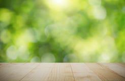 Rocznika drewniany tabletop na zamazanym zielonym natury bokeh tle obrazy royalty free
