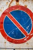 Rocznika drogowego ruchu drogowego znak starzejący się ośniedziały grunge żadny parking znak Fotografia Royalty Free