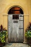 Rocznika drzwi na kolor żółty ścianie Obraz Royalty Free