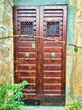 Rocznika drzwi, potwór i bajka w Civita Di Bagnoregio, miasteczko w prowincji Viterbo, Włochy zdjęcia stock
