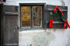 Rocznika drzwi przy bożymi narodzeniami i okno Fotografia Stock