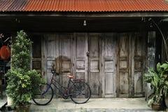 Rocznika drzwi retro drewniany dom z bicyklem Zdjęcie Stock