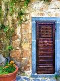 Rocznika drzwi, roślina i bajka w Civita Di Bagnoregio, miasteczko w prowincji Viterbo, Włochy obrazy stock