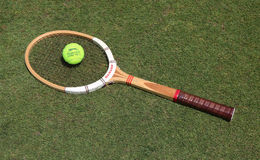 Rocznika Dunlop tenisowy kant i Slazenger Wimbledon Tenisowa piłka na trawa tenisowym sądzie fotografia royalty free