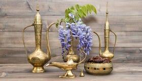 Rocznika dzbanka kwiatów i owoc arabska Złota orientalna dekoracja Obrazy Royalty Free