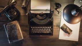 Rocznika dziennikarza desktop z maszyną do pisania i telefonem obrazy stock