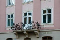 Rocznika żelaza otwarci balkony na tle formierstwa nadokienni obraz royalty free