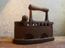 Rocznika żelazo na drewnianej desce Zdjęcie Stock