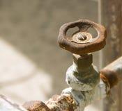 Rocznika faucet klapy rękojeści wody otwieracz pod słońcem Zdjęcia Stock