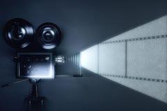 Rocznika filmu kamera z rolką film na popielatej ścianie zdjęcie stock