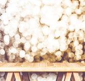 Rocznika filtr: Pusty perspektywiczny drewniany stół z iskrzastym b zdjęcie stock
