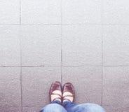 Rocznika filtr: widok z lotu ptaka kobieta buta odzieży cajgu błękitny stojak Fotografia Royalty Free