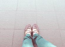 Rocznika filtr: widok z lotu ptaka kobieta buta odzieży cajgu błękitny stojak Zdjęcie Stock
