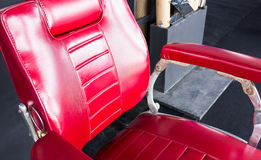 Rocznika fryzjera męskiego czerwony krzesło Obrazy Royalty Free