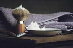 Rocznika golenia mokrzy narzędzia na drewnianym stole Obrazy Royalty Free