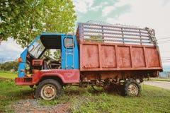 Rocznika gospodarstwa rolnego ciężarówka obraz royalty free