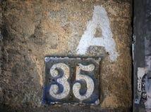 Rocznika grunge kwadrata metalu ośniedziały talerz liczba uliczny adres Zdjęcia Stock