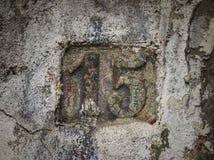 Rocznika grunge kwadrata metalu ośniedziały talerz liczba uliczny adres Fotografia Stock