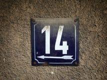 Rocznika grunge kwadrata metalu ośniedziały talerz liczba uliczny adres z liczbą Obraz Royalty Free