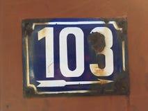 Rocznika grunge kwadrata metalu ośniedziały talerz liczba uliczny adres z liczbą Obrazy Royalty Free