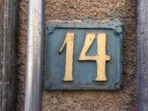 Rocznika grunge kwadrata metalu ośniedziały talerz liczba uliczny adres z liczbą Fotografia Stock