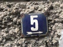 Rocznika grunge kwadrata metalu ośniedziały talerz liczba uliczny adres z liczbą 5 Obrazy Royalty Free