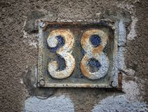 Rocznika grunge kwadrata metalu ośniedziały talerz liczba uliczny adres z numerowym zbliżeniem Zdjęcia Royalty Free